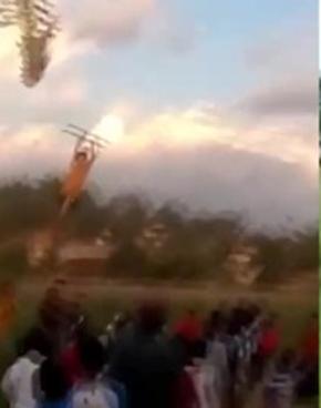 男孩被风筝带上20米高空绳索突然断裂