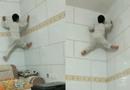 男孩徒手爬光滑墙壁